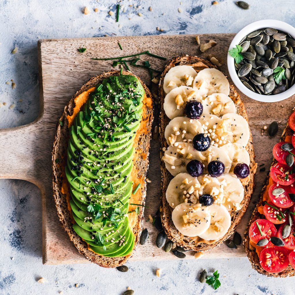 Sağlıklı diyet, kesme tahtası, kivi, muz, domates, kabak çekirdeği, meyveler, hazırlık