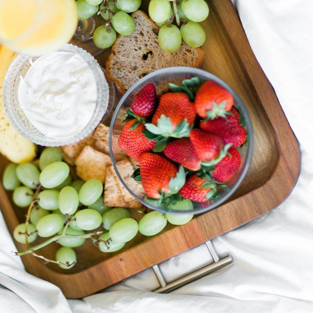 çilek, üzüm, süt, yoğurt, ekmek, meyveler, ara öğün