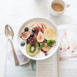 incir, kivi, meyveler, kahve, kitap, kaşık