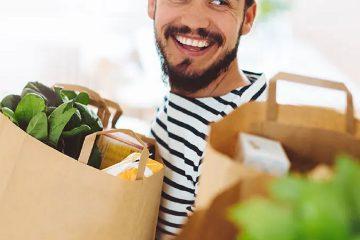 Erkek diyetisyen, manav alışverişi, kese kağıdı, yeşillik