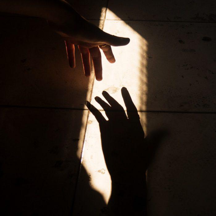 Yardım, yardım eli uzatmak, depremde yardım, karanlık, el ele
