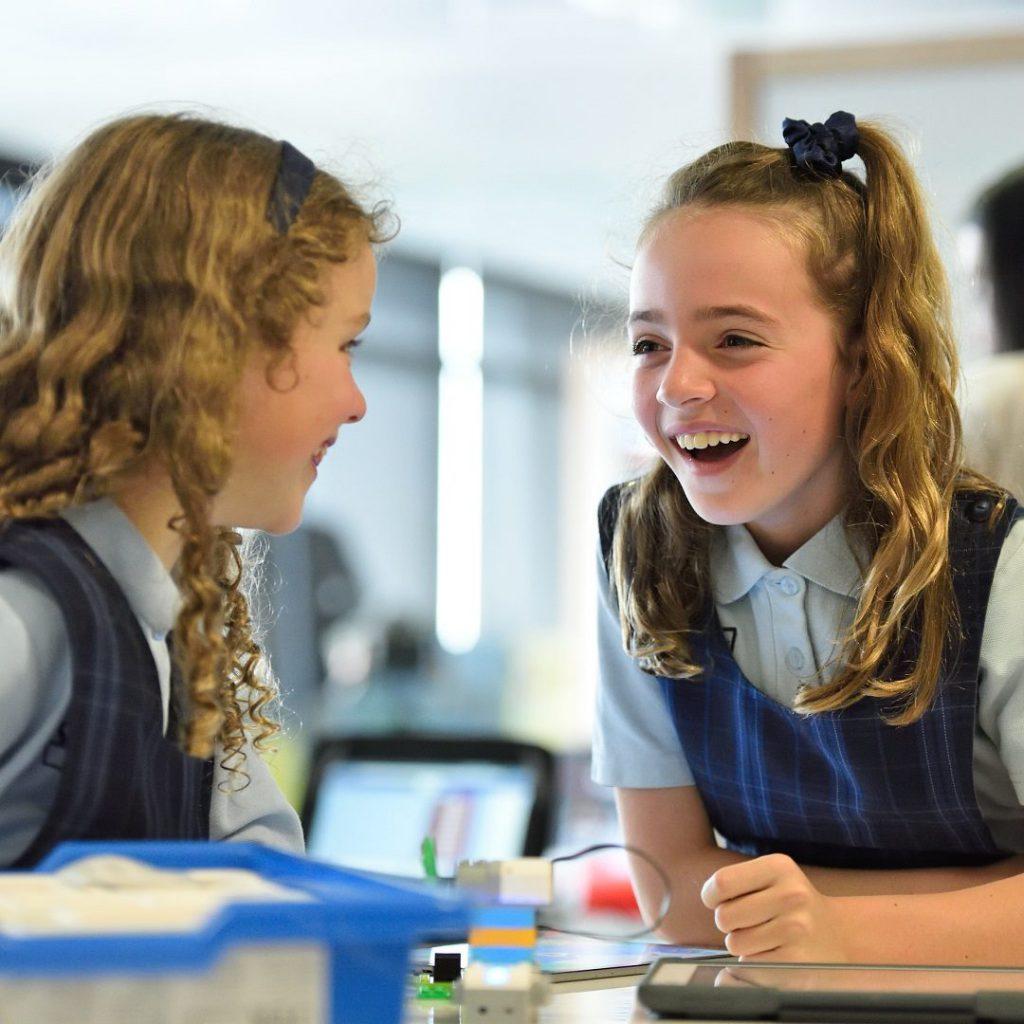 kız öğrenciler, ders çalışma, teneffüs, okul