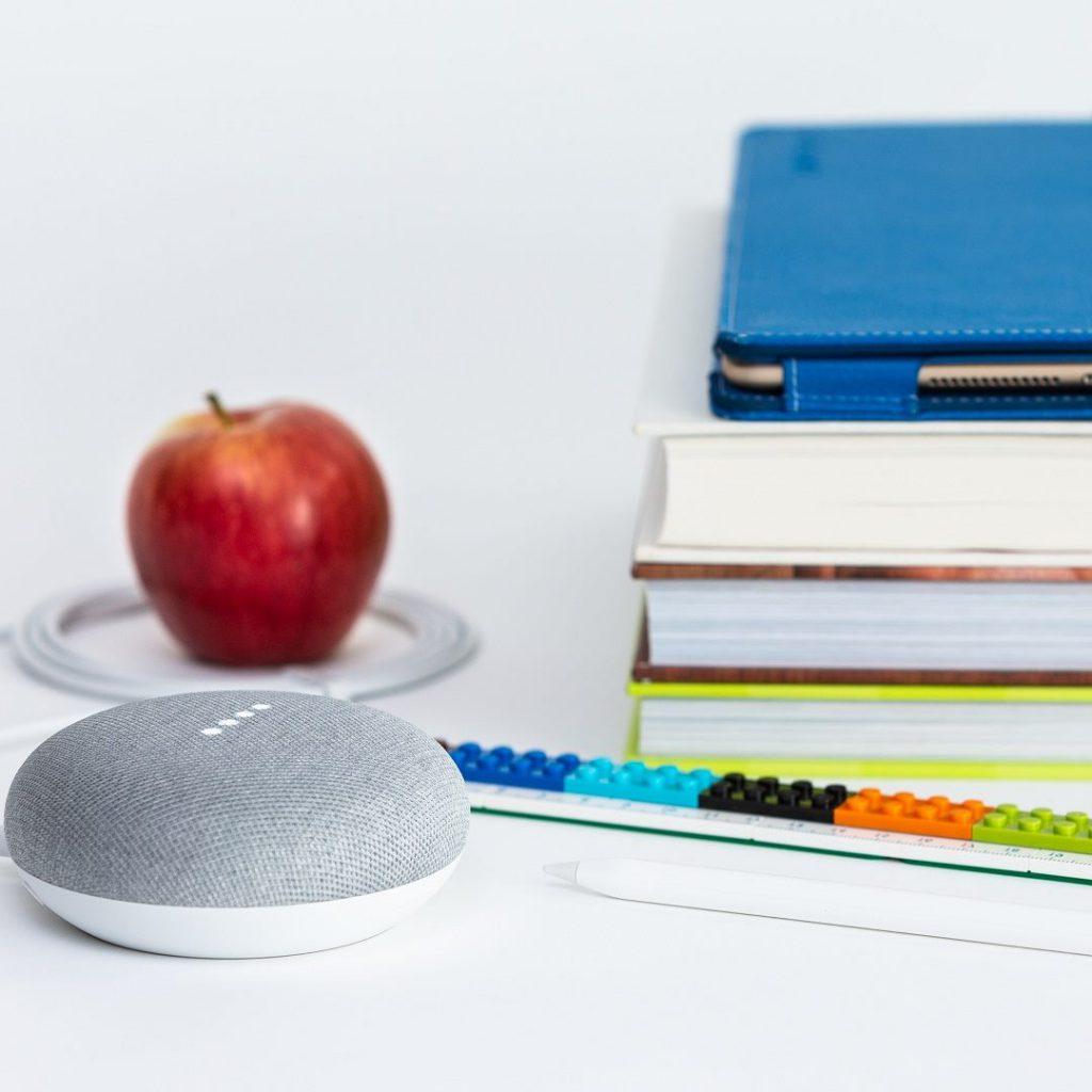 okulda sağlıklı beslenme, elma, kırmızı elma, kulaklık, kitap, kütüphane
