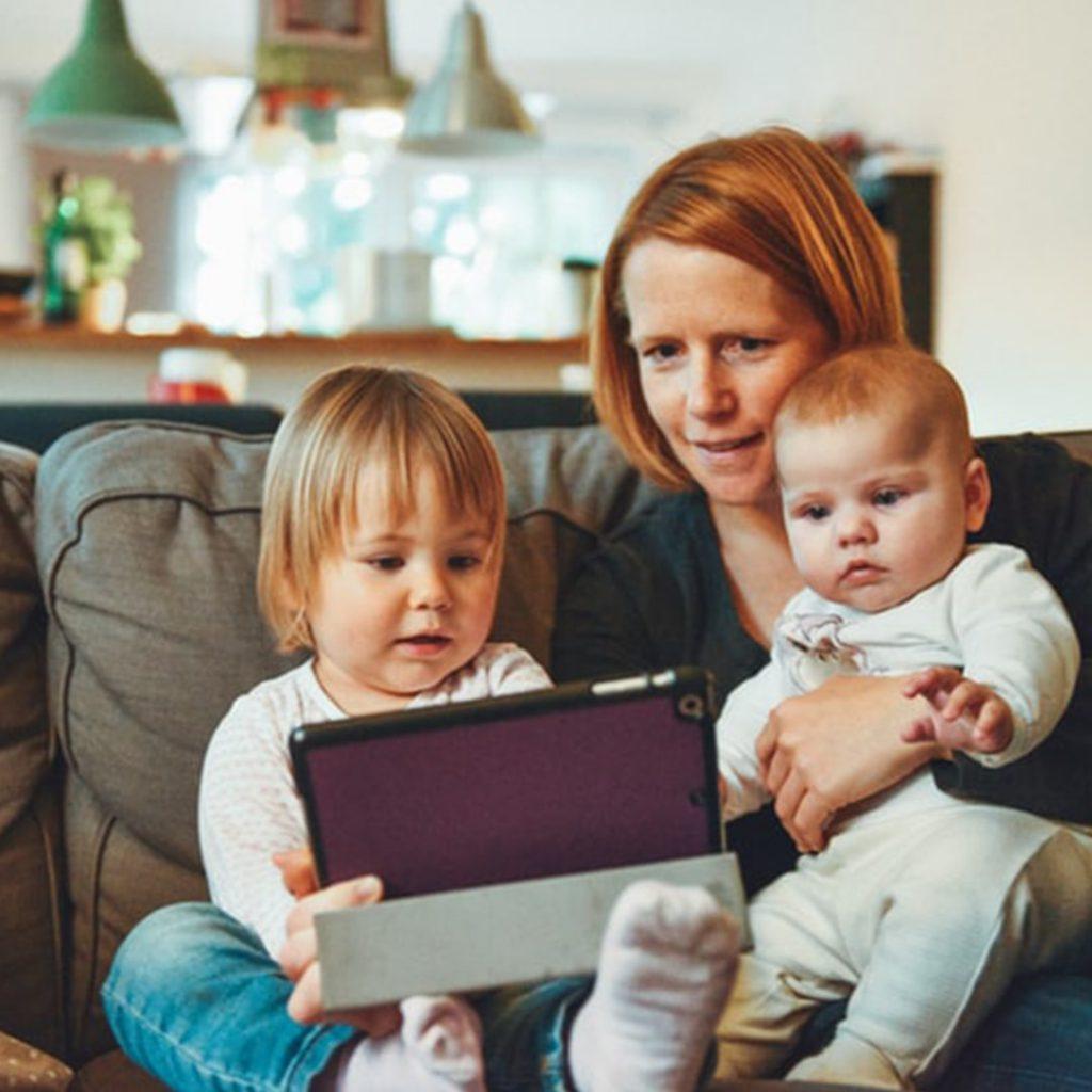 teknoloji bağımlısı aile, annenin telefon kullanan çocuklara yaklaşımı, bebek, internet, tablet