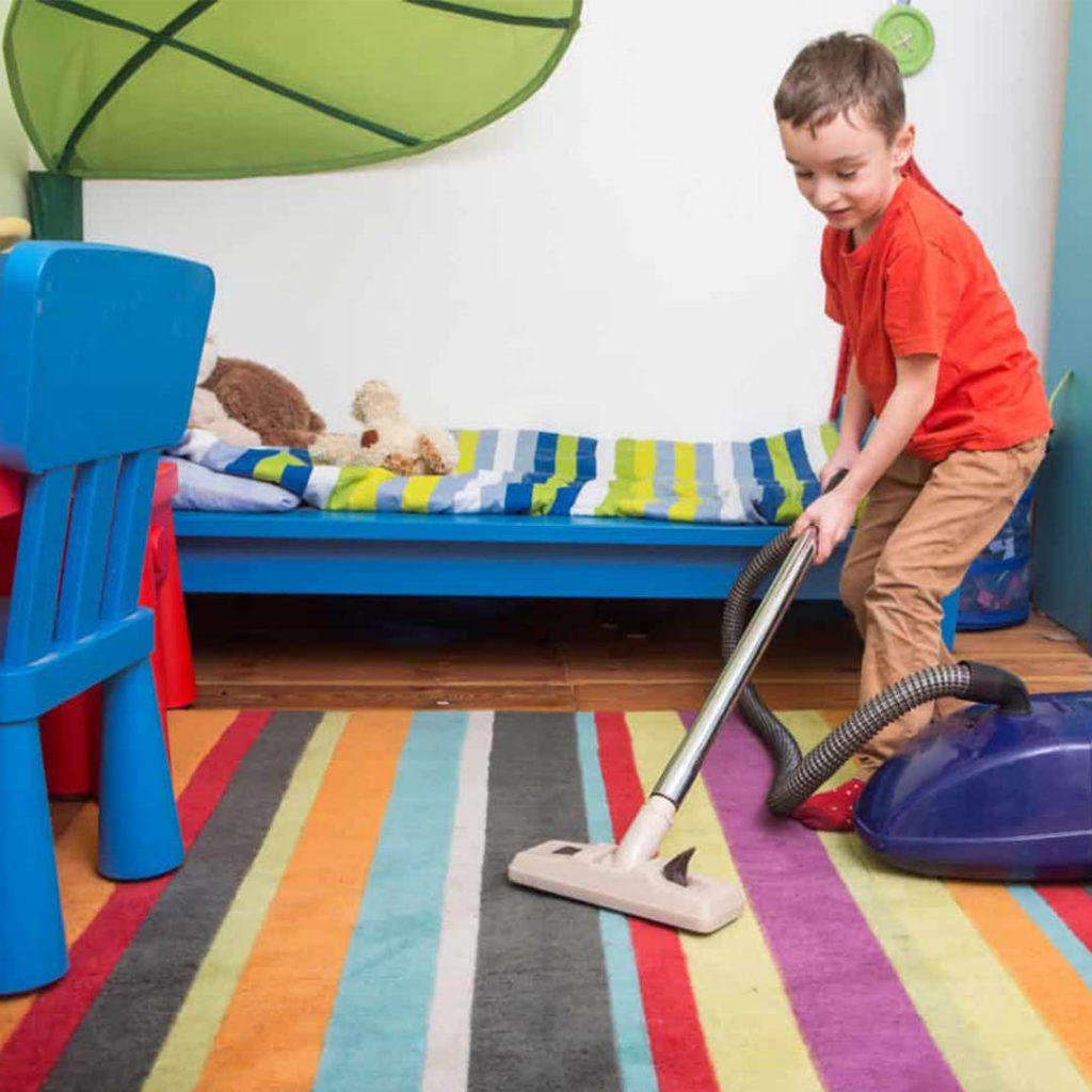 eğlenen çocuk, anneye yardım, süpürge, renkler