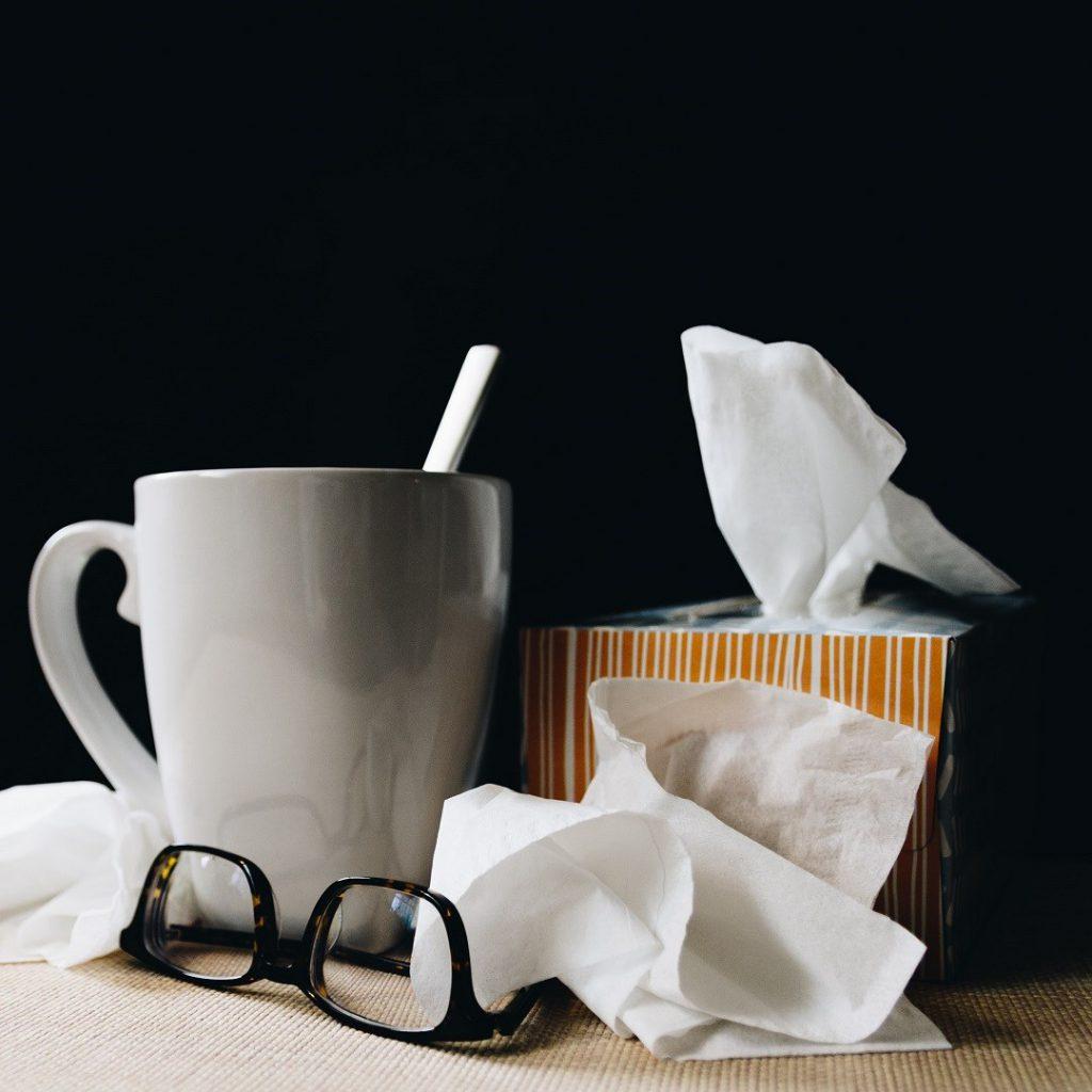 soğuk algınlığı, grip, nezle, çay, kupa, peçete, gözlük, bağışıklık sistemi