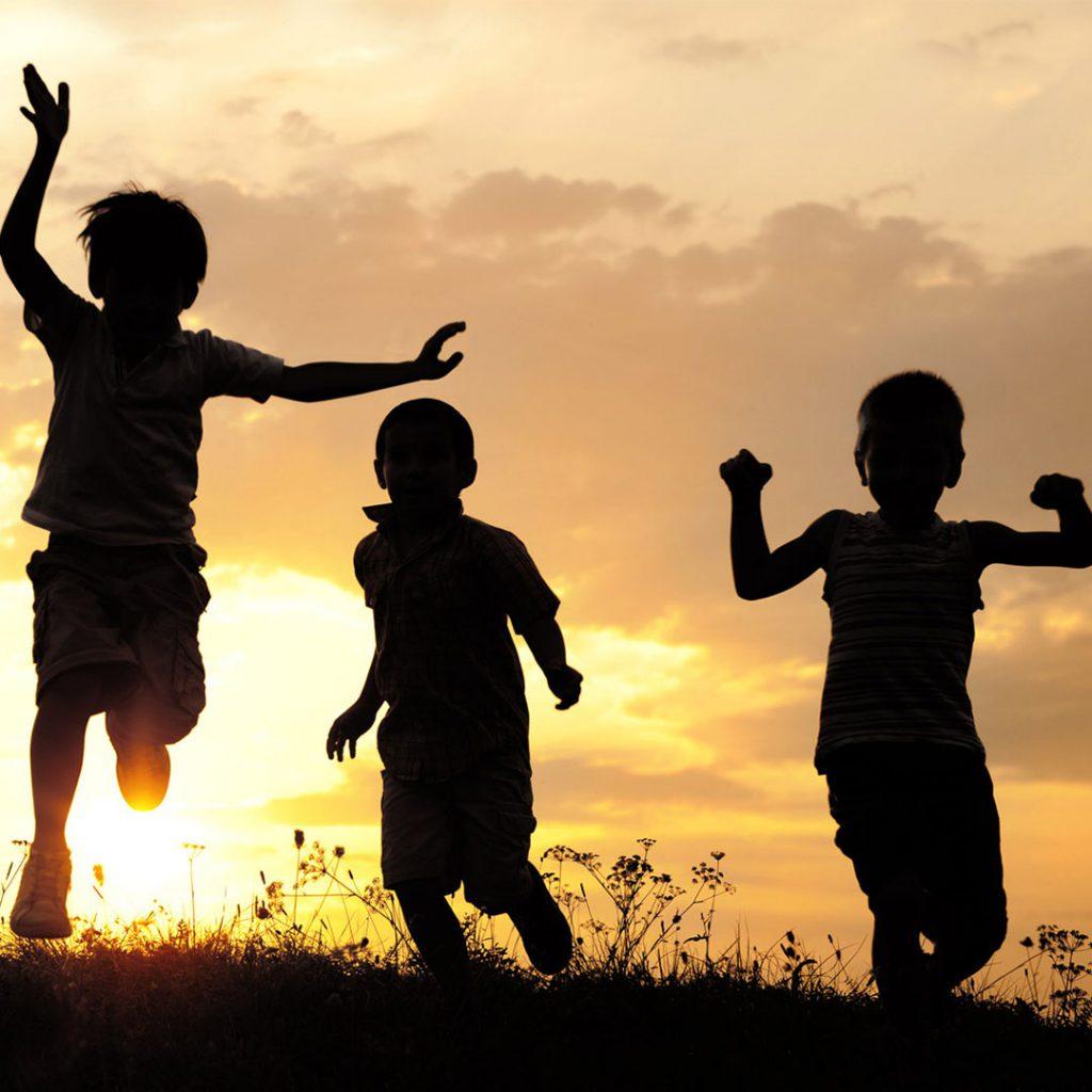 günbatımı, eğlenen çocuklar, siyah sarı