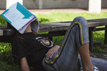 depresyon,kadın, yorgun, park, kitap