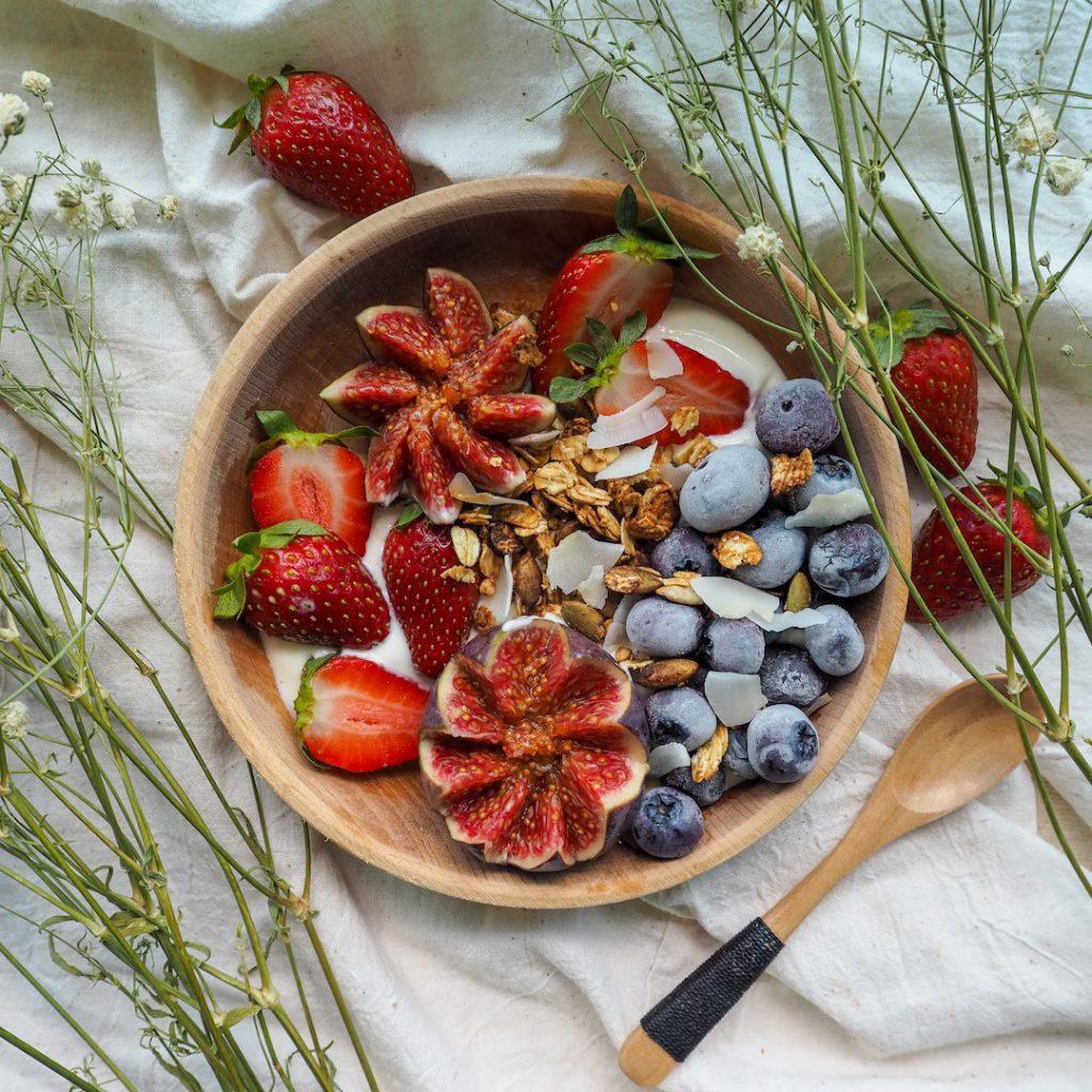 besin alerjileri, çilek, meyveler, tahta kaşık, şimşir kaşık, kırmızı beyveler