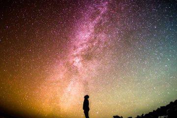 İnsanlar, beynin işleyişinde değişiklikler yaratmaya çalışmış ve bunun için birçok yöntem bulmuşlardır. Bunlardan birisi olan meditasyon, yüzyıllardır varlığını devam ettirmekte ve son yüzyılda modern yaşamdaki stresle baş etmek için kullanılmaktadır. Nefes üzerine odaklanan Uzakdoğu meditasyonu, Sufi'lerin semahı, tesbih çekmek, mantralar, zikirler, davul ritmiyle kendinden geçme ve dua gibi tekniklere dayanan meditasyonlar kültürden kültüre, zamanla değişmektedir. Meditasyonun insan bedenini nasıl etkilediği merak edilmiş ve yapılan çalışmalarda insanın sempatik sinir sistemini yavaşlattığı sonucuna ulaşılmıştır. Bedenin kendisini savunması için gerekli olan sempatik sinir sistemi; ani bir olay karşısında çalışmaya başlar ve bizim stres tepkileri dediğimiz bedensel belirtileri ortaya çıkarır. Bu nedenle meditasyon yaparken; kalp atış hızı azalır, metabolizma hızı düşer, solunumu yavaşlar, kaslar gevşer, beynin dinlenme durumunda ortaya çıkan alfa dalgaları artar, stresle ilgili kimyasal olan laktatın kandaki oranı azalır… Meditasyon teknikleri, yukarıda bahsedilen fizyolojik etkileri sebebiyle, psikoterapistler tarafından anksiyete bozuklukları tedavisinde bazı seanslarda yöntem olarak kullanılabilmektedir. Bedensel değişikliklerin yanında düzenli olarak meditasyon yapan kişiler; daha çok duyusal farkındalık, güçlü duygular, zamansızlık ve dinginlik hissi yaşadıklarını ifade etmektedirler.