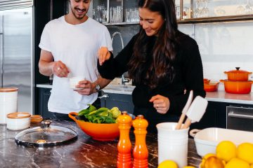 kadın, erkek, 2 kişi, mutfak, yemek hazırlama, salata, eş, ev hanımı, aile, mutluluk, limon