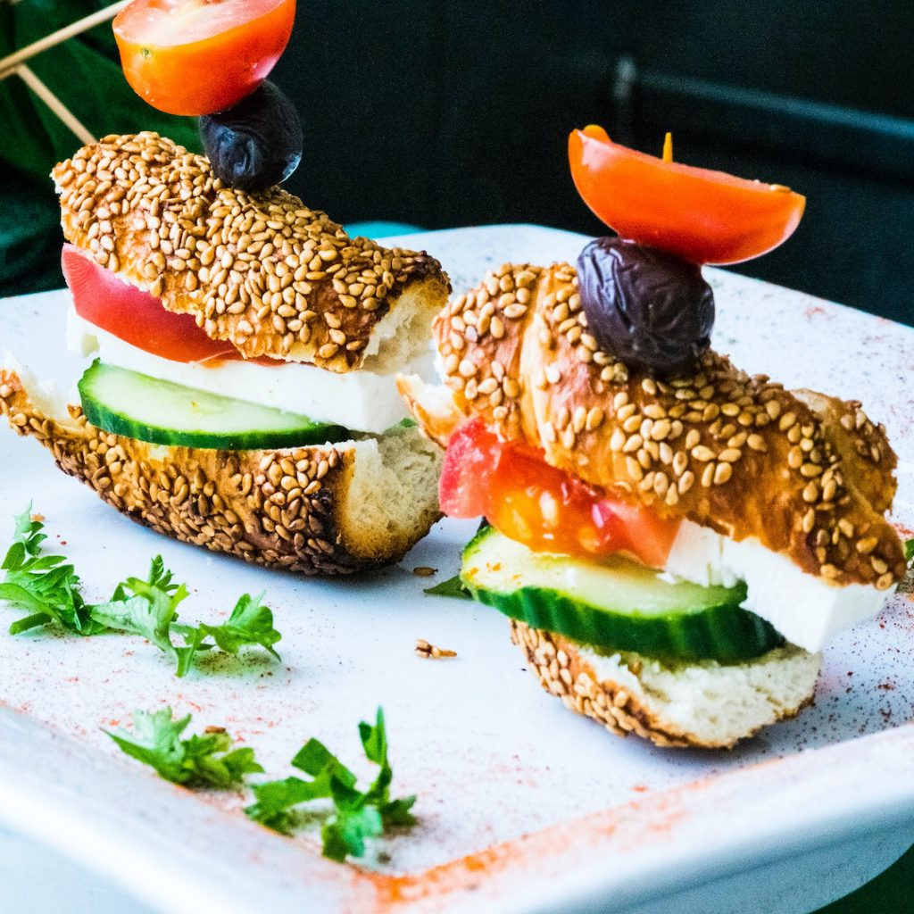 susam, simit, sağlıklı kahvaltı seçeneği, domates, zeytin, peynir, yeşillik