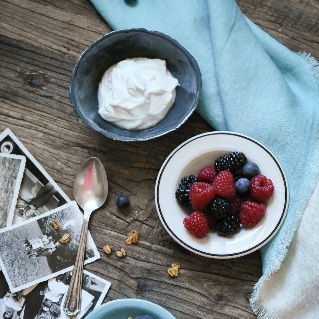 yoğurt, kırmızı meyveleri kaşık