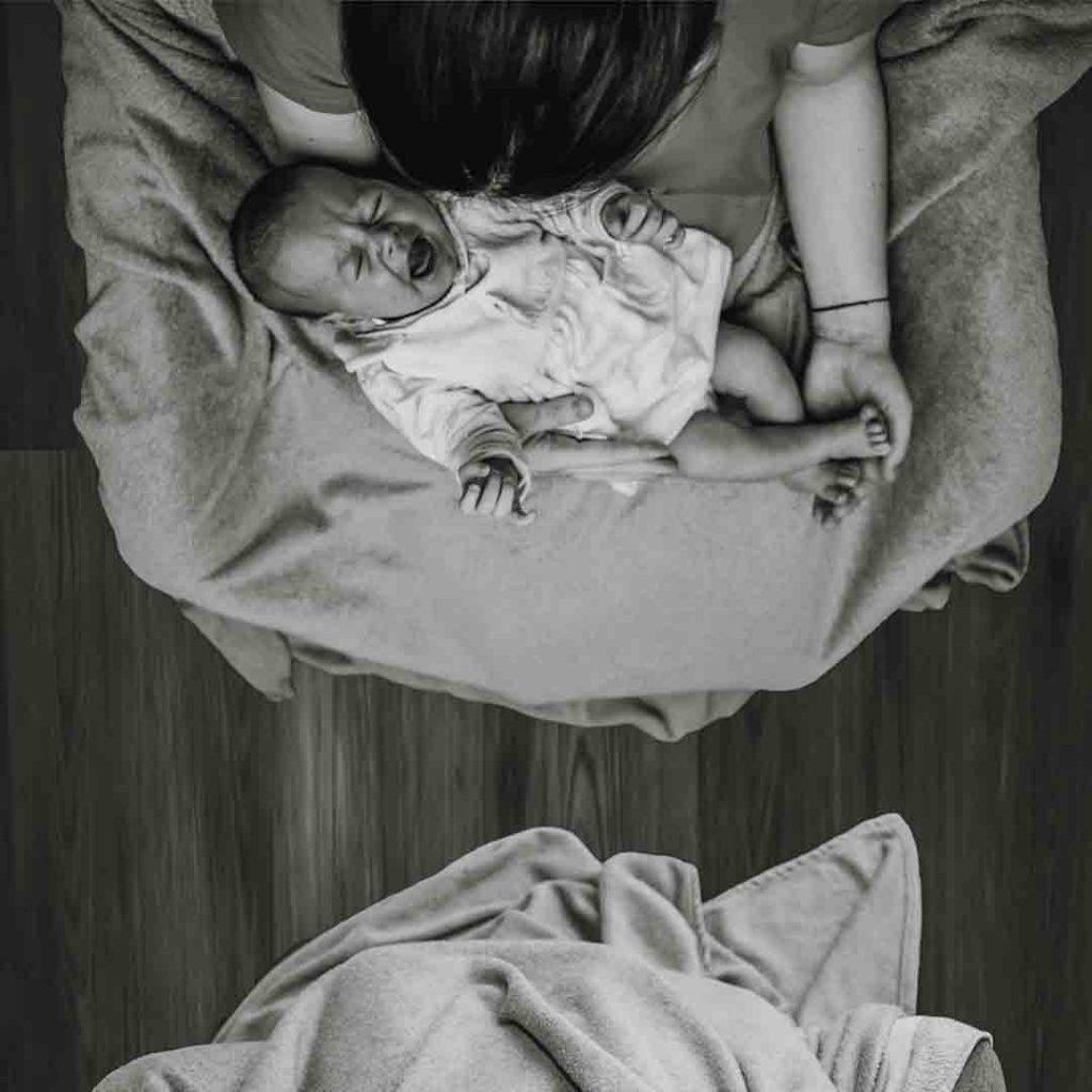bebek, anne, ağlama, kucak, bağlanma