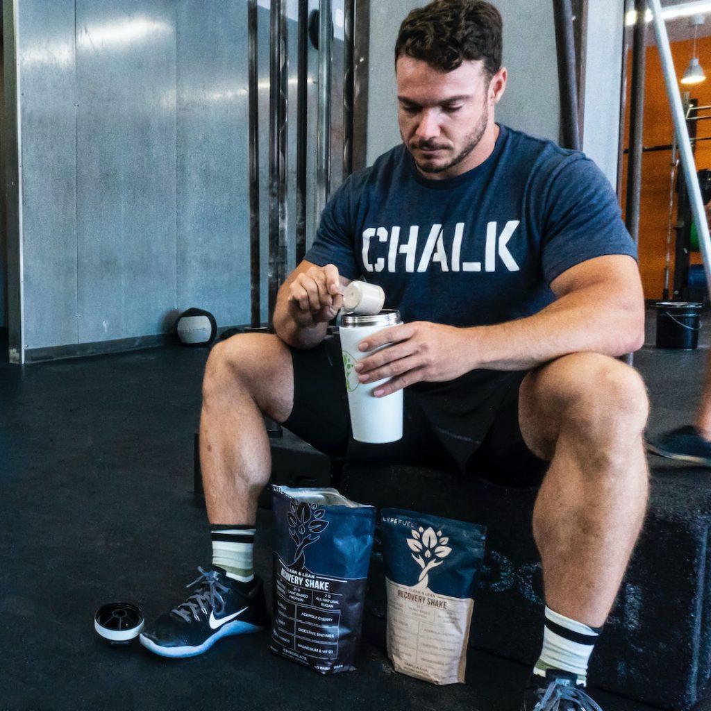 erkek sporcu, fitness, kas, protein tozu, besin desteği, spor salonu