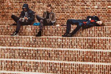 erkekler, üç, üç kişi, tuğla, duvar, oturma, ergenlik, ergen, ergenler, kırmızı