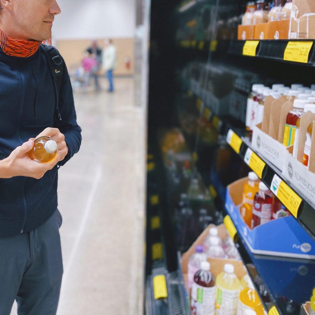 etiket okuma, adam, erkek, gıda okuma, market alışverişi, ürün inceleme