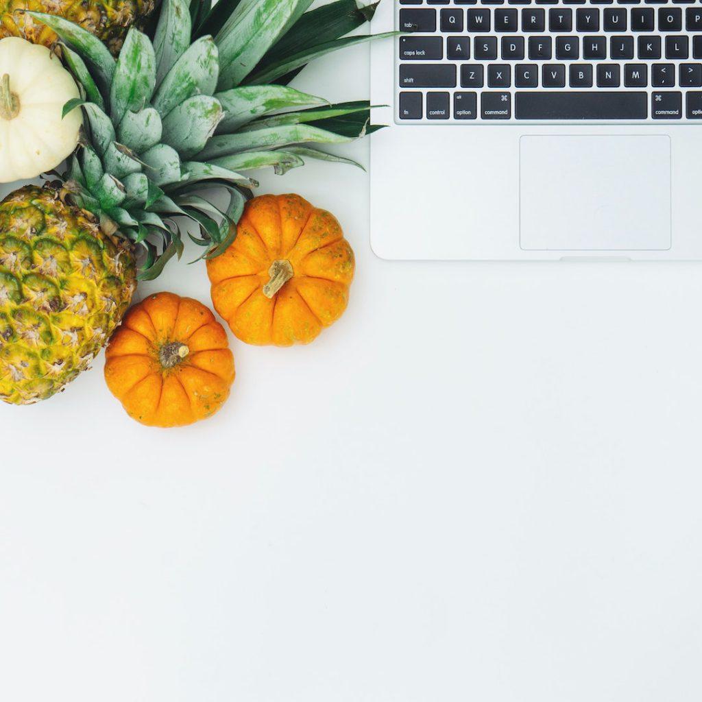online diyet, uzaktan beslenme danışmanlığı, diyetisyen, klavye, mac, bilgisayar, yazar, yazı, makale, ananas