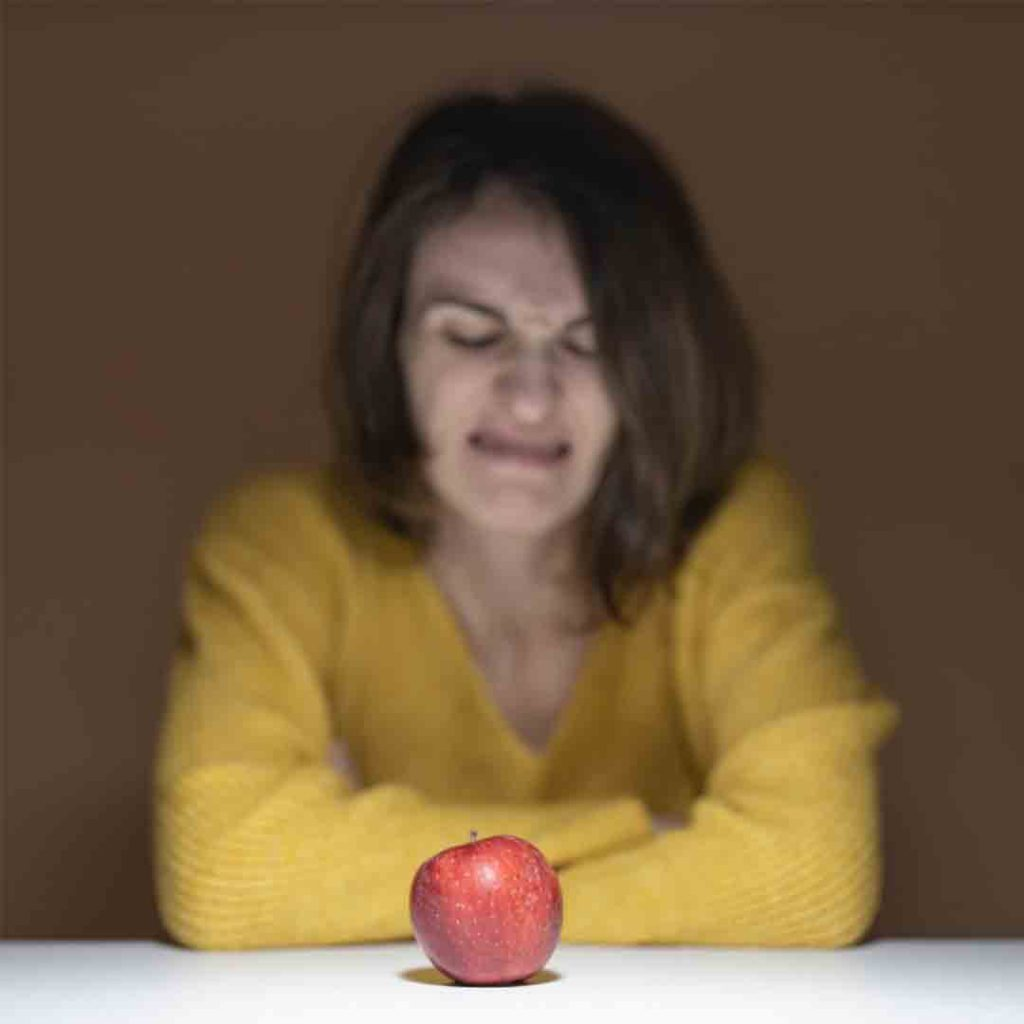 iğrenme, iğrenç, tiksinme, mide bulantısı, kusma, kadın, elma