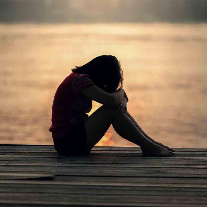 kadın, mutsuz, yalnız, üzgün, yeme, aşırı yeme, yeme bozukluğu