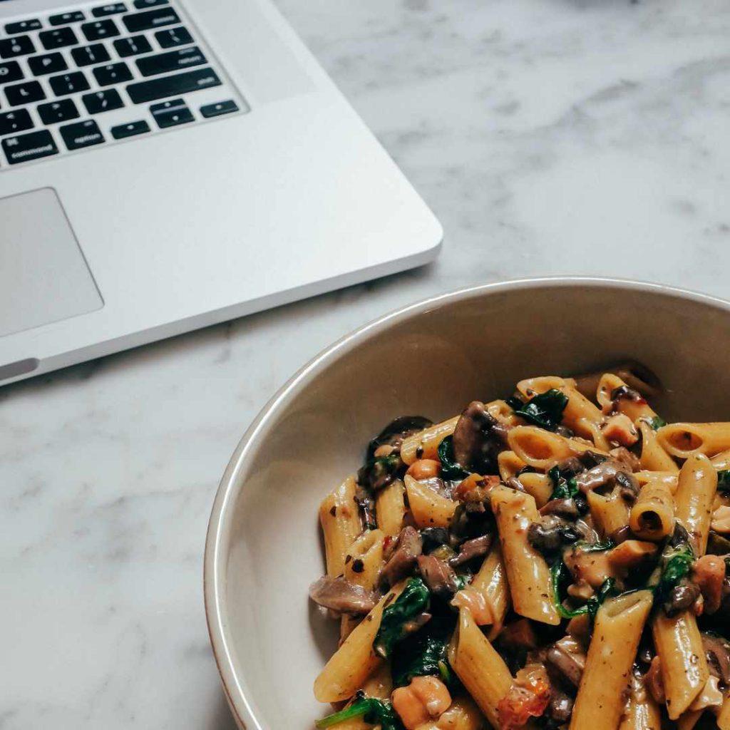 makarna, sos, bilgisayar, mac, laptop, online, dizi, film, internet, boş zaman, yemek, atıştırma, yiyecek