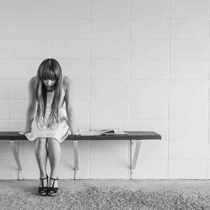 pişmanlık, stres, üzüntü, erkek, masa, yalnız, oturmak, pankek, hamur, bal, yağ, mevye, böğürtlen, berry,, mutsuz, kadın, üzgün, siyah beyaz, bekle, obezite, yeme davranışı