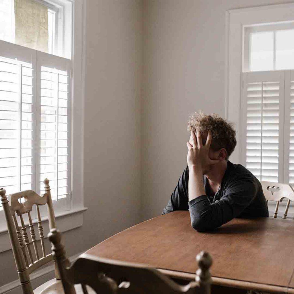 pişmanlık, stres, üzüntü, erkek, masa, yalnız, oturmak