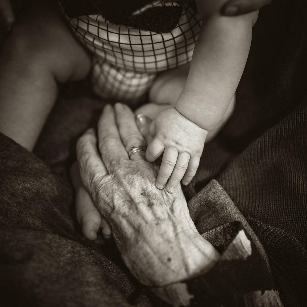 yaşlanma, yaşlılık, siyah beyaz, geriatri, bbek, çocuk, dokunma, temas, el, sevgi, sadakat