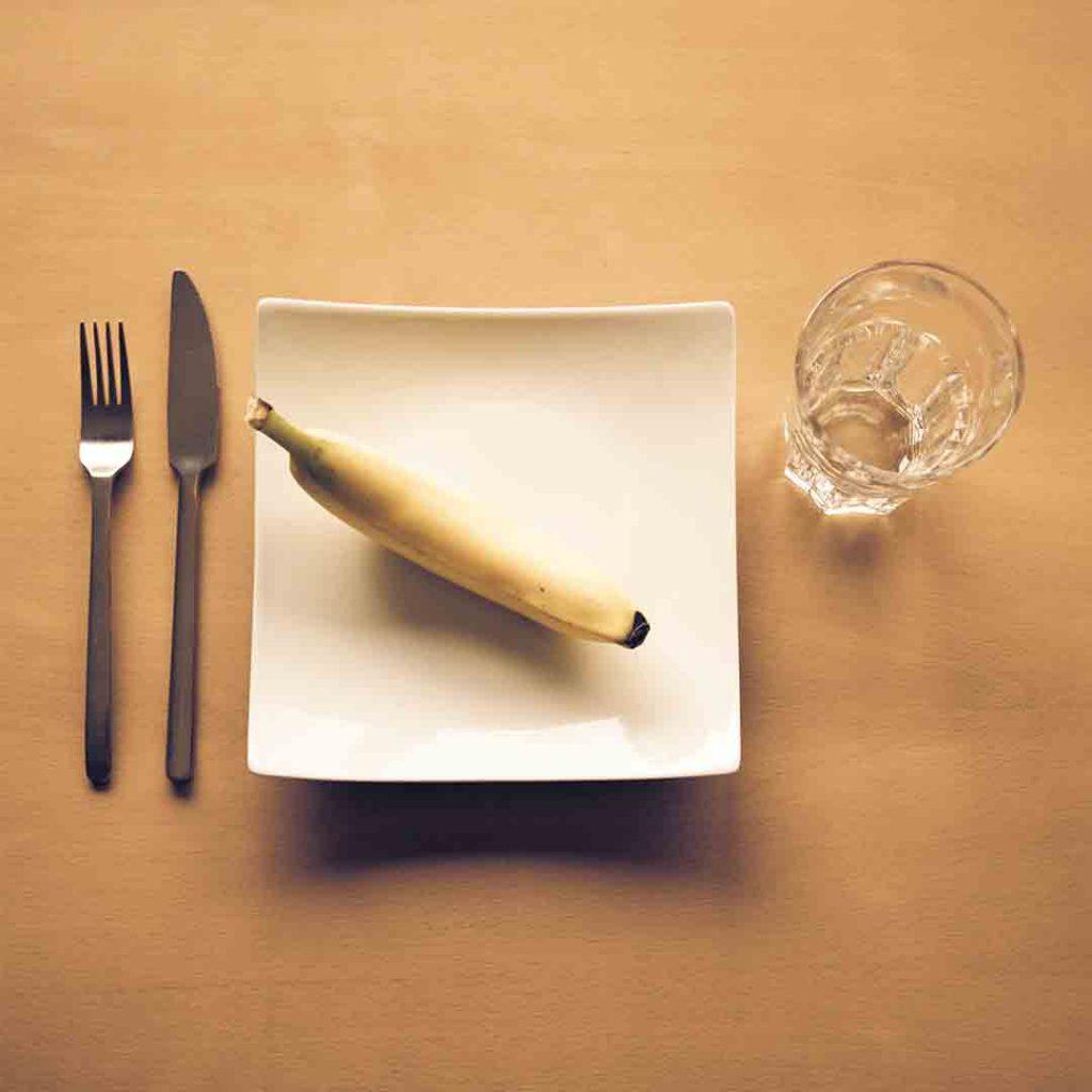 anoreksiya, anoreksiya nervoza, tıkanırcasına yeme, kusma, zayıflık, yemek, az yemek, muz, tabak