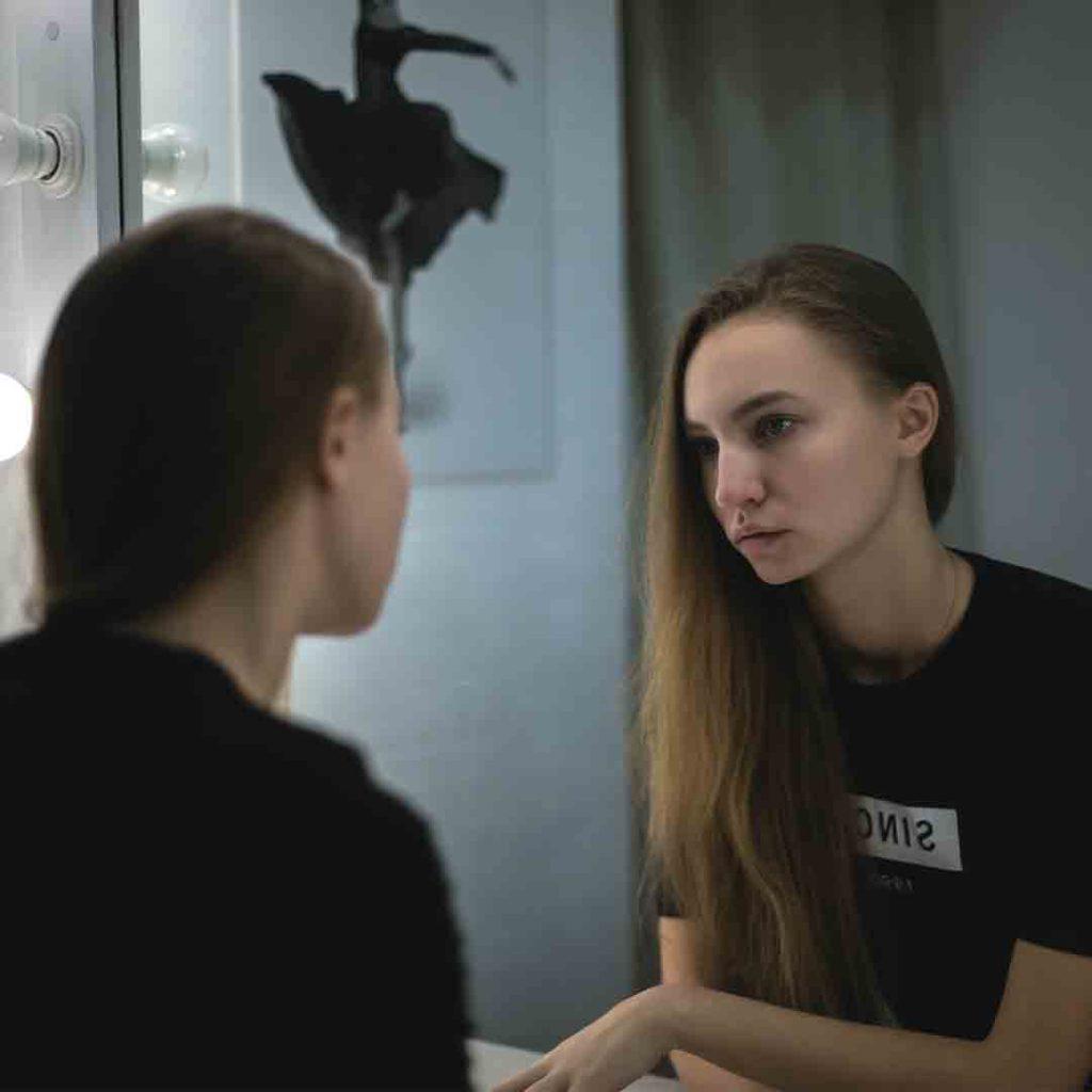 ayna, beden algısı, zayıflık, kadın, anoreksiya, anoreksiya nervoza, güzellik, aynaya bakmak