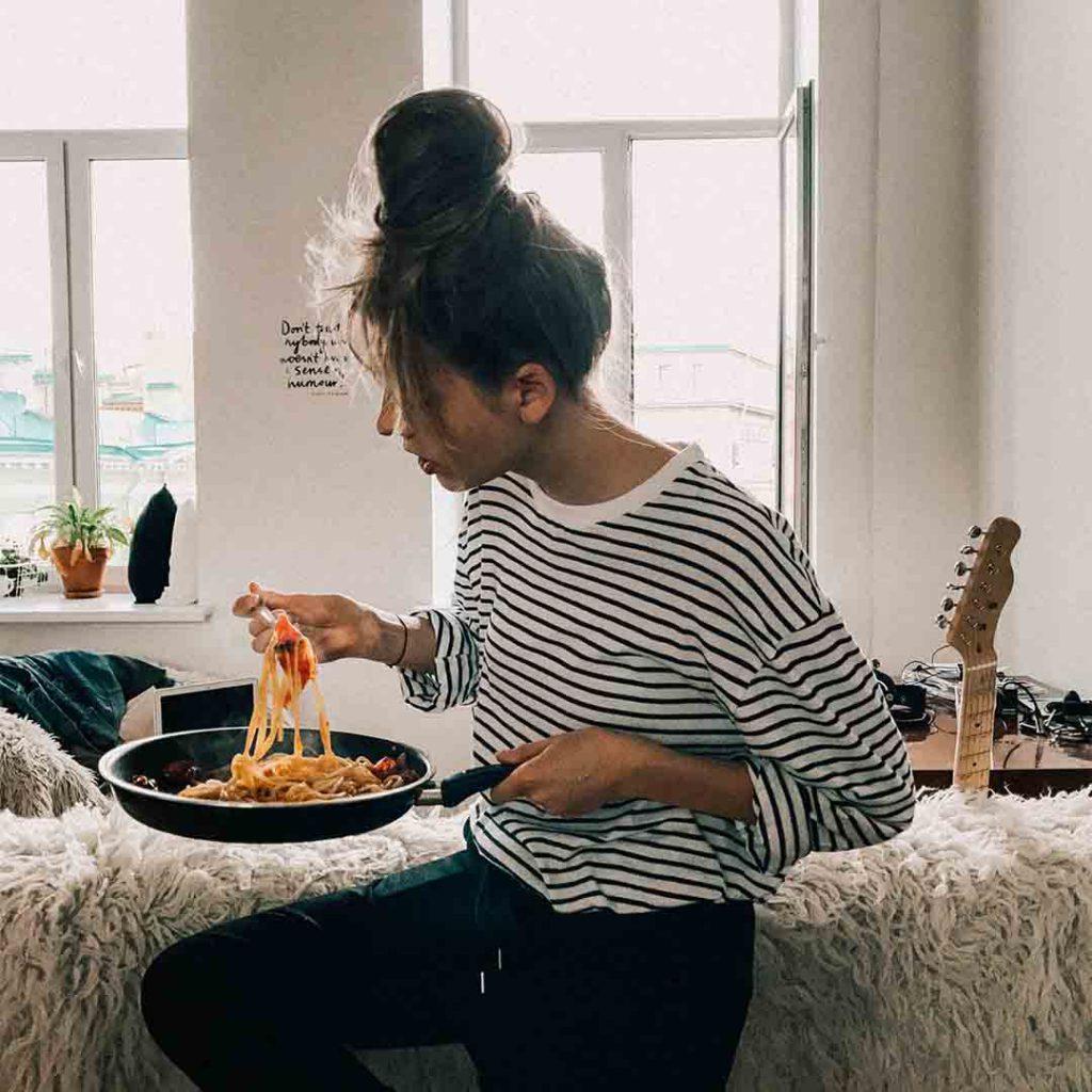 tıkanırcasına yeme, tıkanırcasına yeme bozukluğu, aşırı yeme, çok yeme, yeme nöbeti, yemek, kadın, yeme bozukluğu, öğrenci,