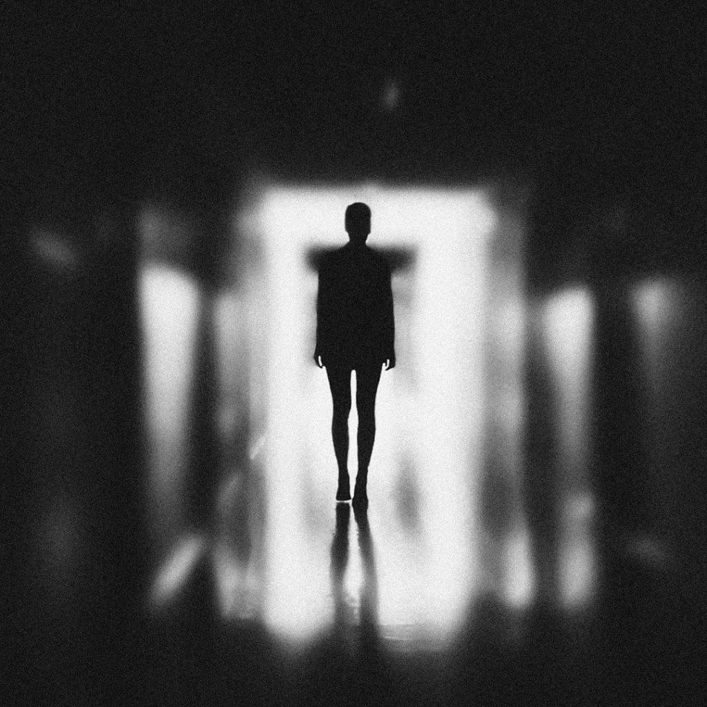 kadin-bulanik-kayip-depresif-blur-siyah-beyaz-isik-ego-algi-savunma-mekanizmalari