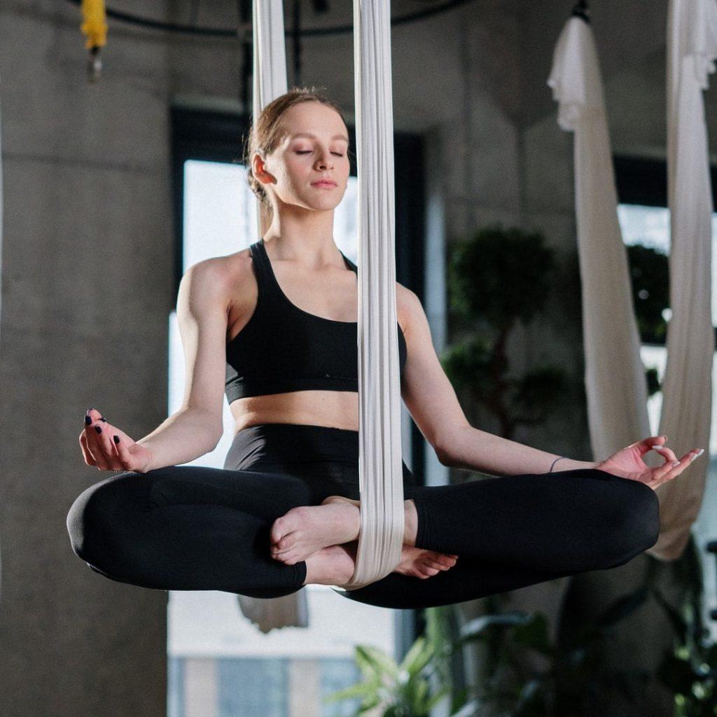 kadin-denge-uyum-sakin-dingin-yoga-meditasyon-savunma-mekanizmalari-ego-id-bilincdisi