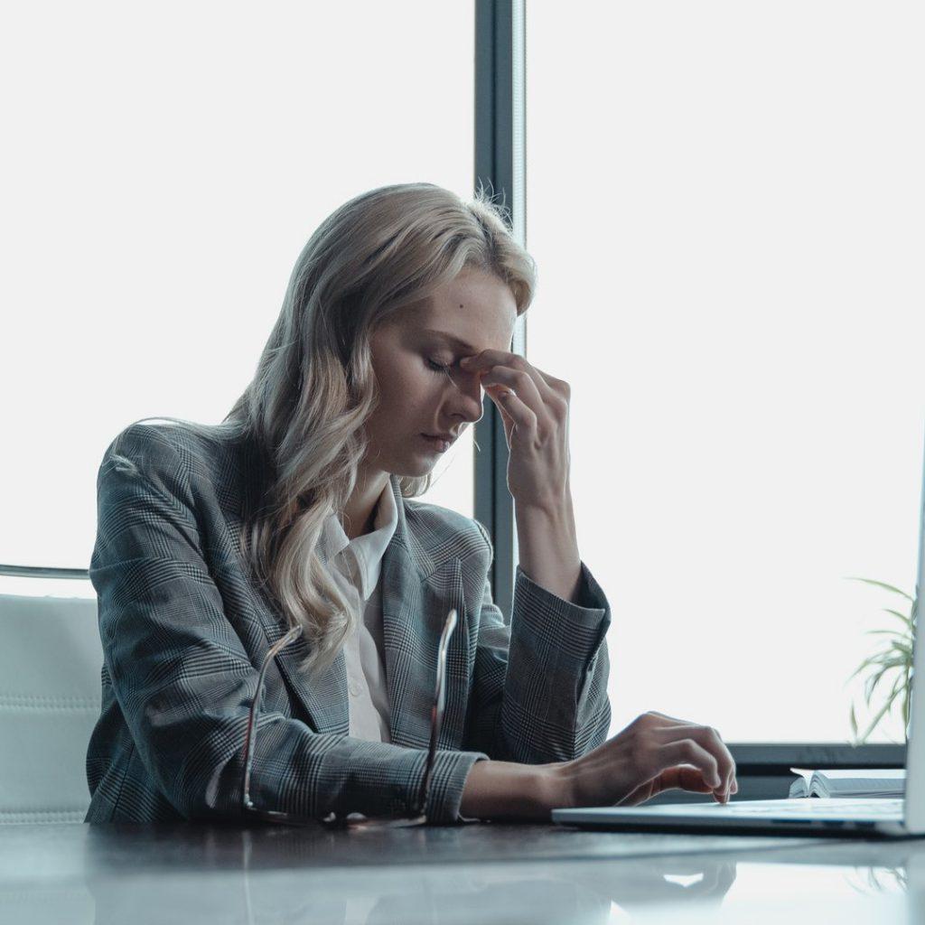 kadın, stres, baş ağrısı, yorgun, iş kadını, stres yönetimi