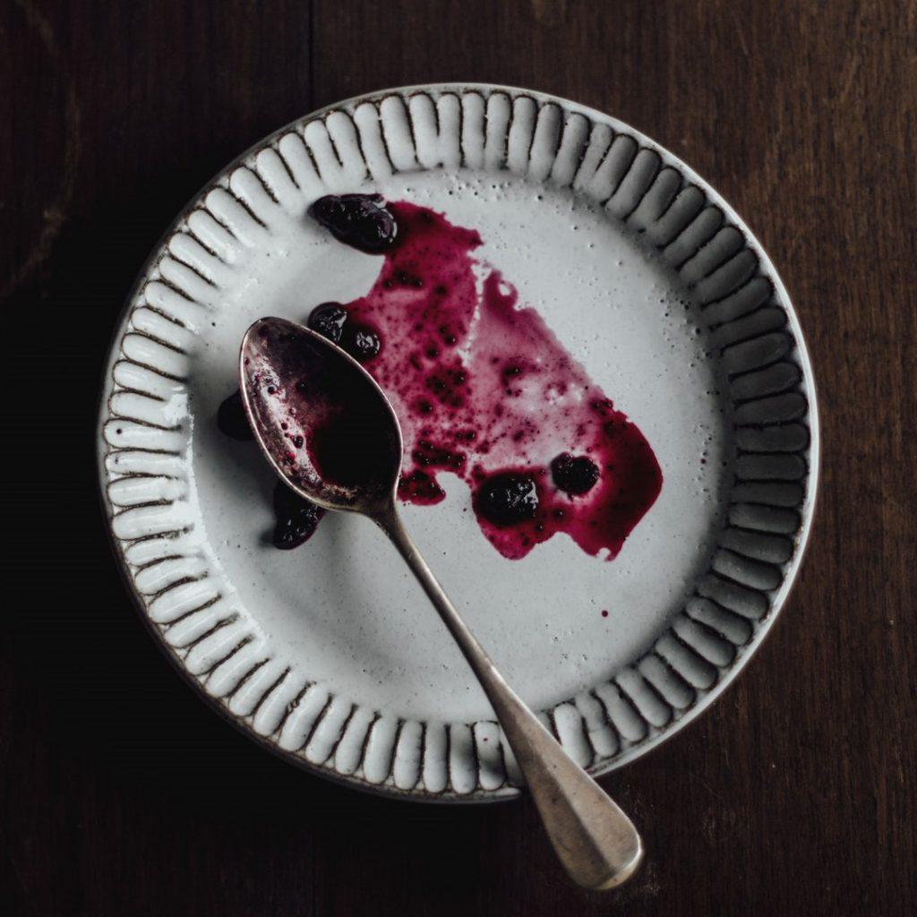tabak, pasta, kaşık, boş tabak, yenmiş, yemek, kırmızı meyve