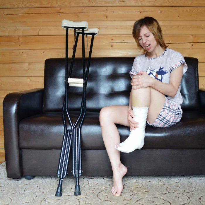 Koltuk değneği, bacak yaralanması, diz, fizyoterapi, sakatlanma