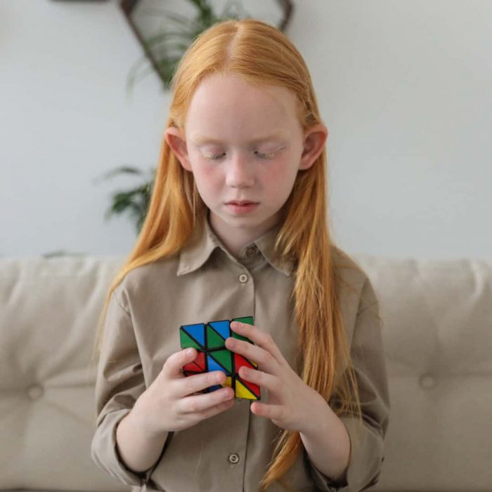 albino, kızıl kız, çocuk, akıl, zeka, zeka küpü, oyun, beyin