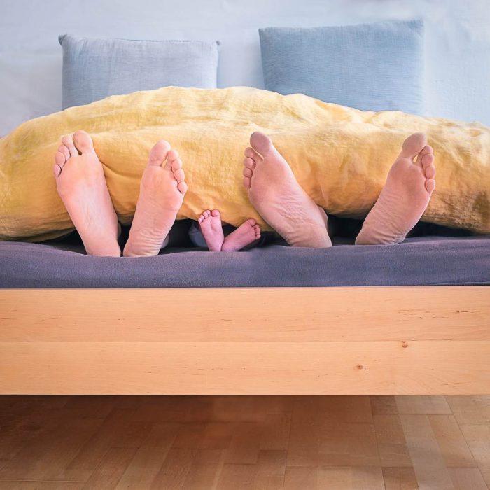 anne, baba, bebek, ayak, yatak, uyuma, uyku, çocuk, yorgan, sarı