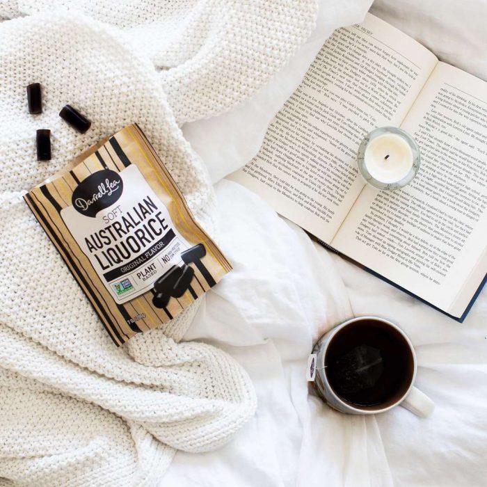 beyaz, mum, yatak, yatağa yemek, kahve, çay, sallama çay, kitap, sebze, takviye
