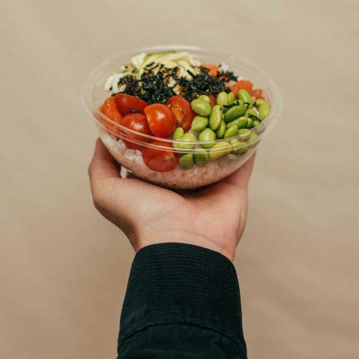 kadın eli, yemek paylaşma, domates, edamame, soya, soya fasulyesi, yeşil soya fasulye, soya ürünleri, vegan besinler,