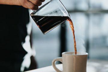 filtre kahve, kahve fincanı, adam, el, dökme-2