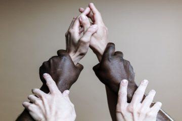 maslow, ihtiyaç, hiyerarşi, piramit, çocuk, kız, erkek, oğlan, kültür, ırk, fark-min