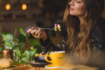 sofra, yemek, dışarda yeme olgusu, kadın, acıkma, haz, yeşillik, cafe