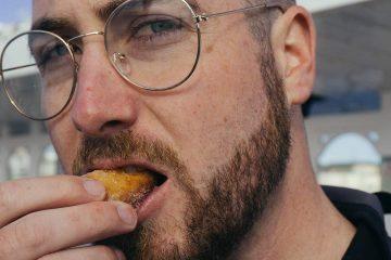yemek, ayakta yeme, dışarıda beslenme, erkek, gözlük, atıştırma