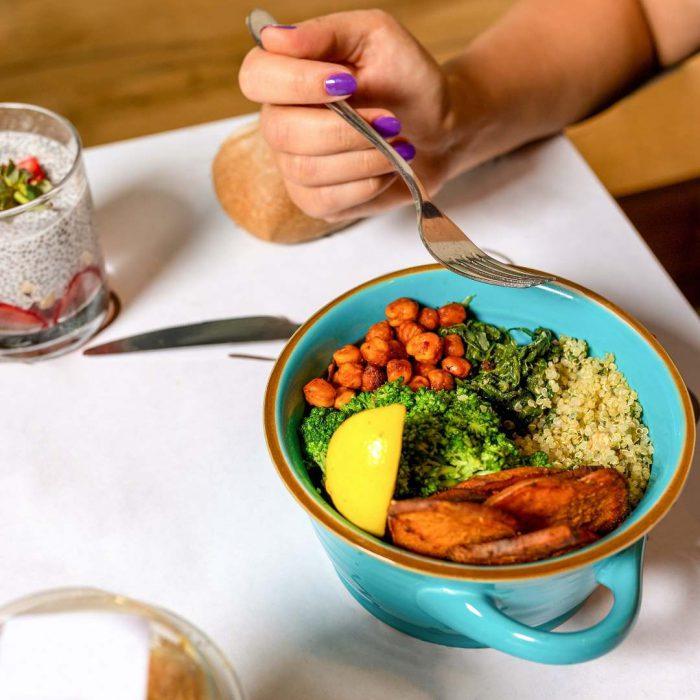 yemek, öğün, öğle yemeği, akşam yemeği, çatal, limon, nohut, yeşillik, kızartma, ejder meyvesi, masa