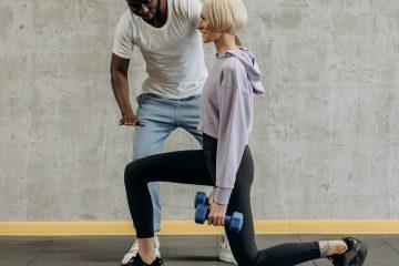 Egzersiz, öne adım, öne hamle, lunge, dambıl, mat, antrenör, şapka, kısa saçlı kız, spor kıyafet