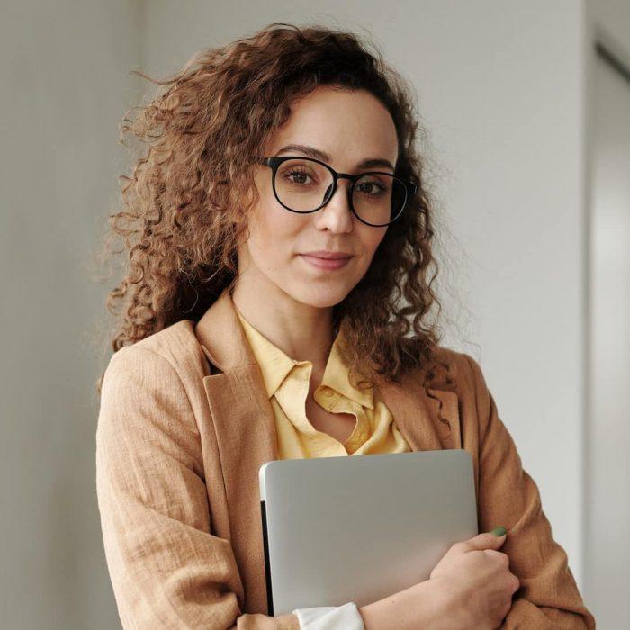 kadın, zeki , zeka, gözlük, kıvırcık, bilgisayar