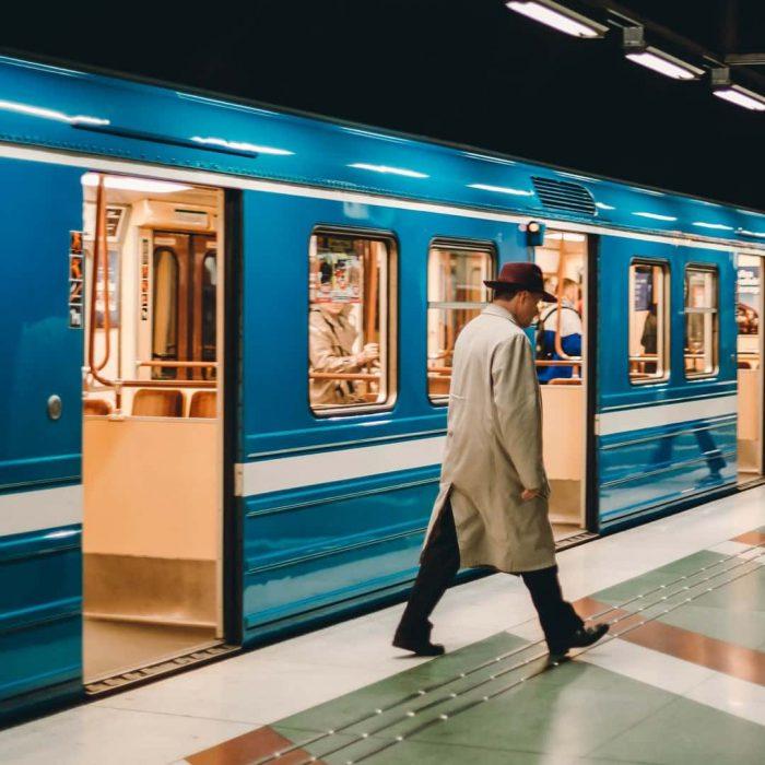 tren-agorafobi-agorafobik-alan-korkusu-acik-alan-korkusu-kapali-alan-korkusu-erkek-is-is-adamimavi-metro