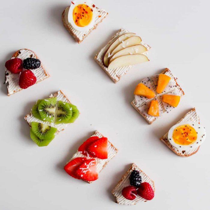 yumurta, ekmek, kırmızı meyveler, kivi, turuncu meyve, beyaz-2