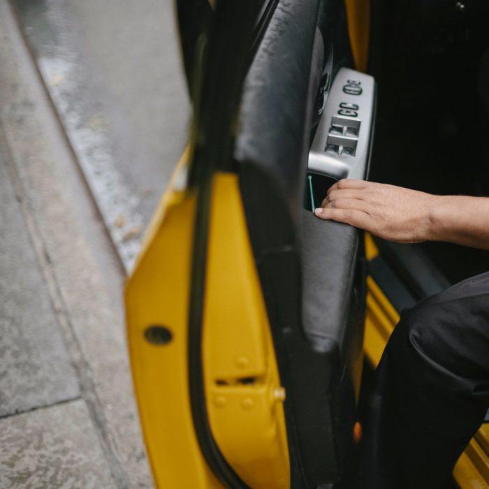 Araba, taksi, arabadan inmek, araba kapısı, araba kapısını açmak